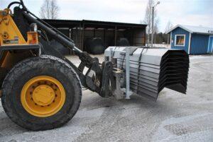 Oisolerade tjältiningsplåtar i stapelhäck. Lätt att hantera med en traktor...