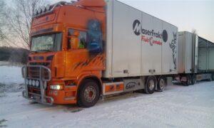Gårdskärs Åkeri & Buss AB med chaufför har parkerat för lastning av Terra Preta stybb